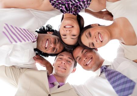 Sourire équipe commerciale dans un cercle de têtes ensemble