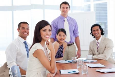 INTERNATIONAL BUSINESS: Internacionales asociados de negocios en una reunión Foto de archivo