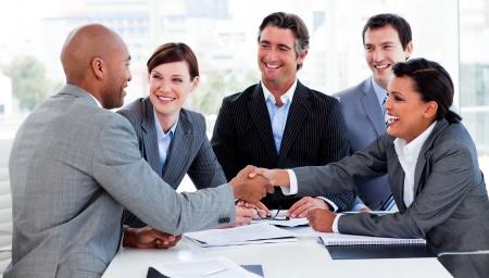 cerrando negocio: Empresarios multiétnica saludo entre sí