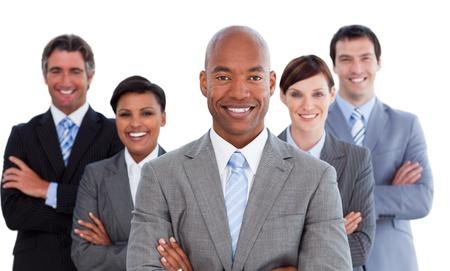 Glimlachende zakenmensen kijken naar de camera