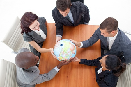 weltweit: High Angle of Business People holding a Globe. Globale Unternehmen Lizenzfreie Bilder