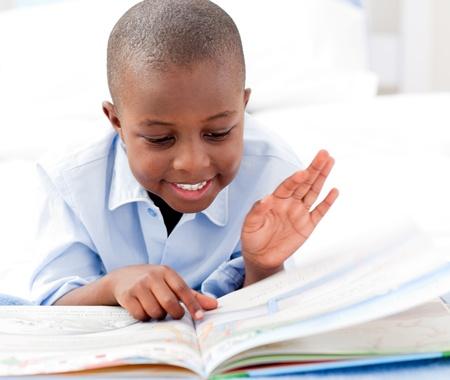 etudiant africain: Petit gar�on, un livre de lecture. Banque d'images