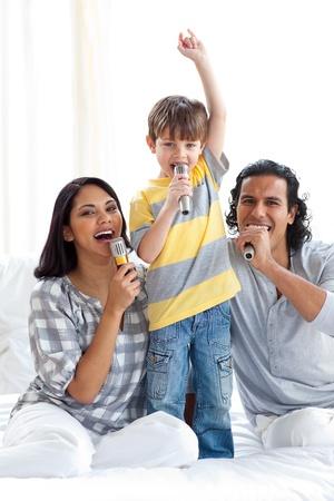familia animada: Canto familiar animada con micrófonos  Foto de archivo