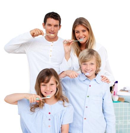 Familia de joven sonriente cepillarse los dientes