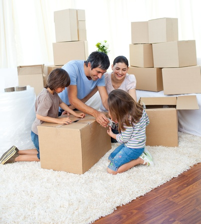 familia animada: Familia animada cajas de embalaje Foto de archivo