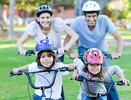 riding helmet: Familia feliz, andar en bicicleta
