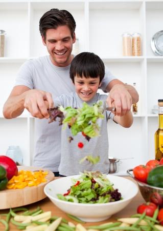 niños cocinando: Niño y su padre de cocina