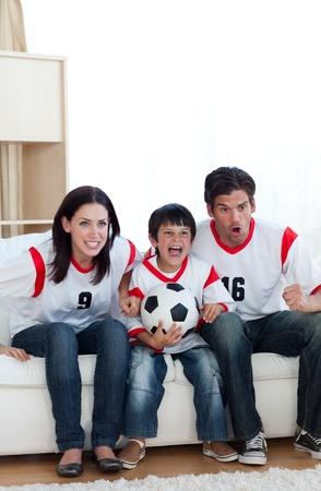 familia animada: Familia animada viendo a un partido de fútbol