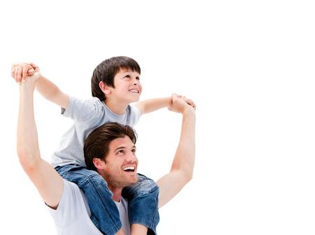 háton: Vonzó apa ad a háton a fiának