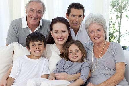 familia abrazo: Retrato de familia en sof�