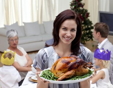 Vrouw met kerstkalkoen voor familie diner Stockfoto