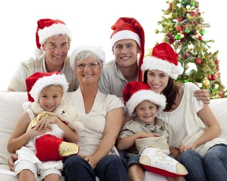 bambini seduti: I bambini seduti con i loro familiari, titolari stivali Natale Archivio Fotografico