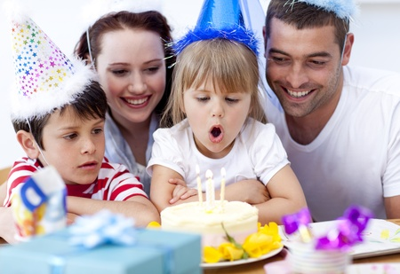 torte compleanno: Bambina che soffia le candeline nel giorno del suo compleanno Archivio Fotografico