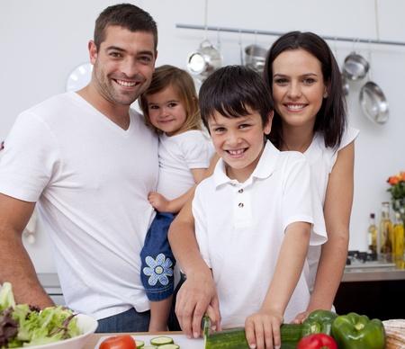 familia saludable: Cari�osa familia joven cocina juntos