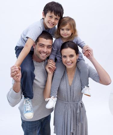 familia jugando: Padres que a los ni�os paseos superpuestas