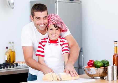 papa y mama: Retrato de un sonriente padre y su hijo preparar una comida  Foto de archivo