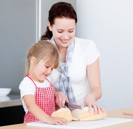 mere cuisine: Portrait d'une m�re souriante et sa fille � pr�parer un repas