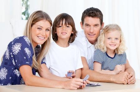 familia animada: Familia positivo jugando juntos