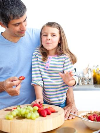 comiendo cereal: Ni�a y su padre que el desayuno Foto de archivo