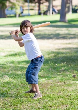 Cute little boy jugando al béisbol