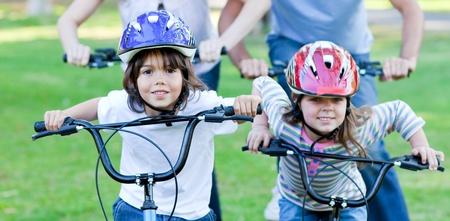 familia animada: Ni�os alegres, andar en bicicleta