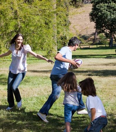 familia animada: Familia animada jugando rugby  Foto de archivo