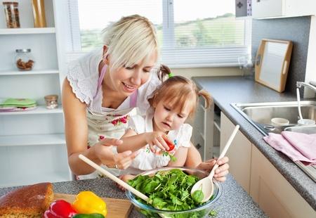 children cooking: Atractiva madre e hijo de cocina Foto de archivo