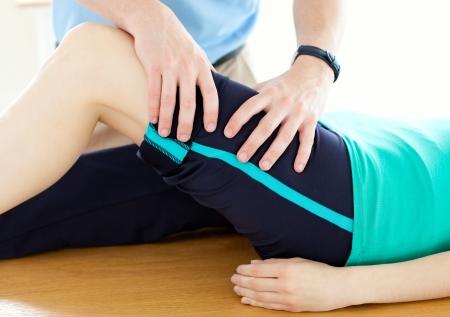 actividad fisica: Terapeuta haciendo ejercicios de gimnasio con una mujer