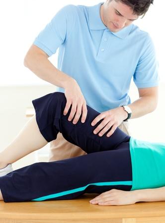 actividad fisica: Joven haciendo ejercicios de fitness con un paciente en gimnasio