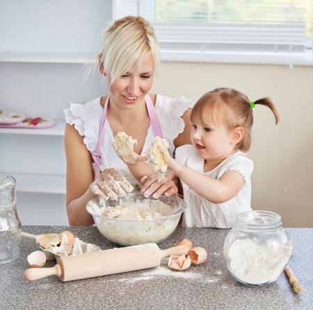 harina: Simper mujer horneando galletas con su hija