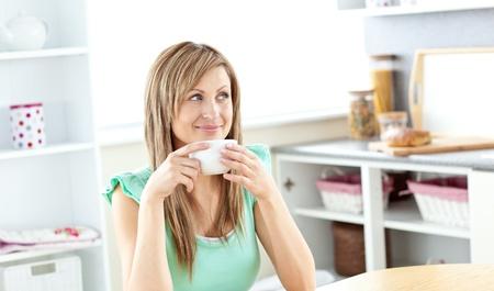 donna che beve il caff�: Biondo caucasico bere caff� donna in cucina Archivio Fotografico