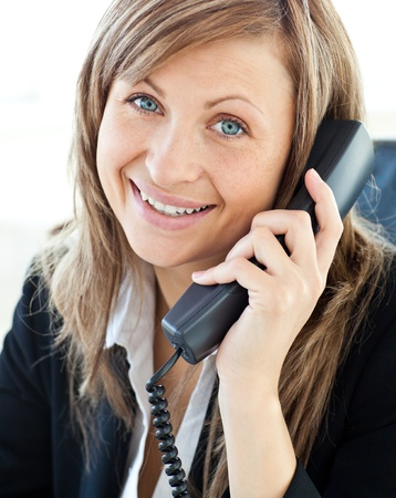 answering phone: Retrato de una bella empresaria hablando por tel�fono Foto de archivo