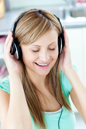 musik: Animated caucasian woman listen to musik with headphones