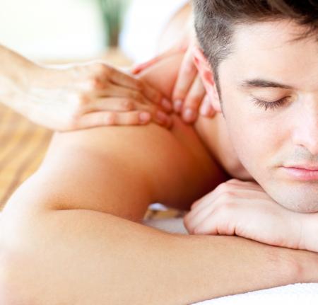 masoterapia: Primer plano de un hombre atractivo con un masaje de espalda Foto de archivo