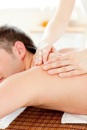 masaje corporal: Joven cauc�sica, disfrutando de un masaje de espalda