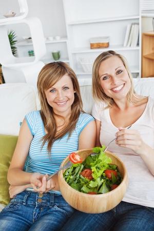convivialit�: Les femmes anim�es de manger une salade Banque d'images