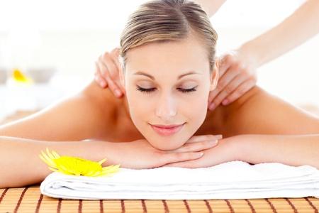 masaje: Retrato de una mujer encantada acostado en una mesa de masaje