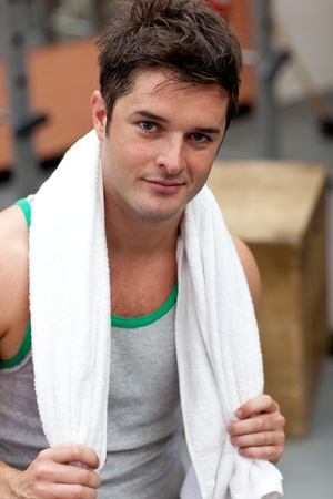 musculation: Handsome athletic man standing with a towel