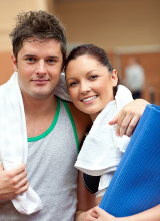 musculation: Couple of athletic people smiling at the camera