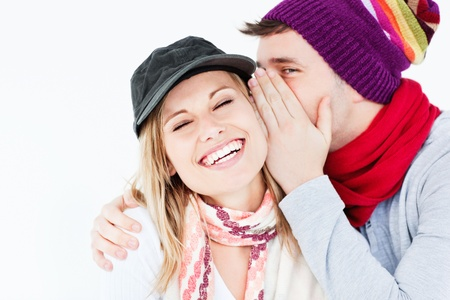 pareja abrazada: Joven pareja compartir un secreto Foto de archivo