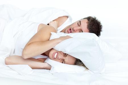 pareja durmiendo: Pareja en la cama mientras la mujer est� intentando dormir