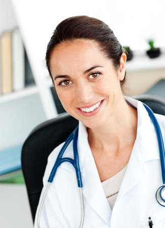 Självsäkra kvinnliga läkare ler mot kameran Stockfoto