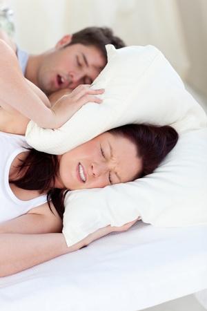 obudził: MÅ'oda kobieta zakłócany przez chrapanie z chÅ'opakiem w sypialni Zdjęcie Seryjne