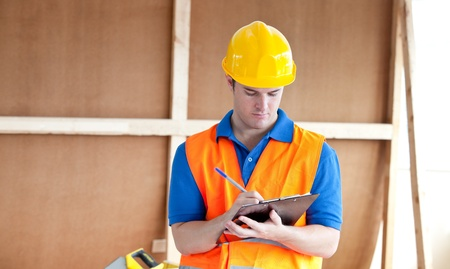 portapapeles: Trabajador hombre desenfadado escribiendo en un portapapeles