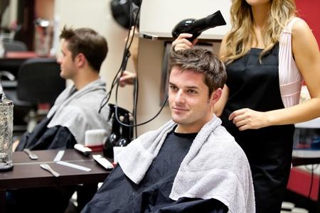 coupe de cheveux homme: Portrait d'un client avec une coiffeuse