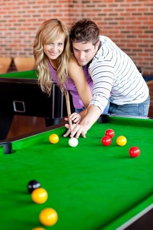 Petit ami affectueux, apprendre à sa petite amie à jouer pool Banque d'images - 10254250