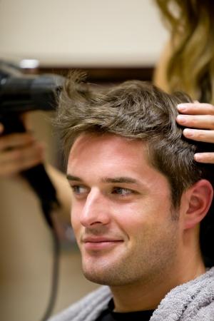 coupe de cheveux homme: Coiffeur femelle son client de sexe masculin de s�chage