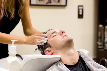 coupe de cheveux homme: Homme attrayante ayant un shampooing
