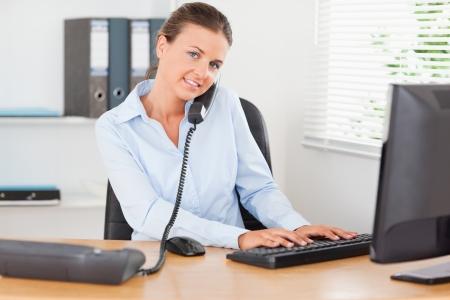 secretaria: Empleado de oficina ocupado en su oficina
