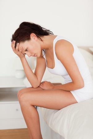 douleur main: Femme ne se sent pas bien dans sa chambre � coucher